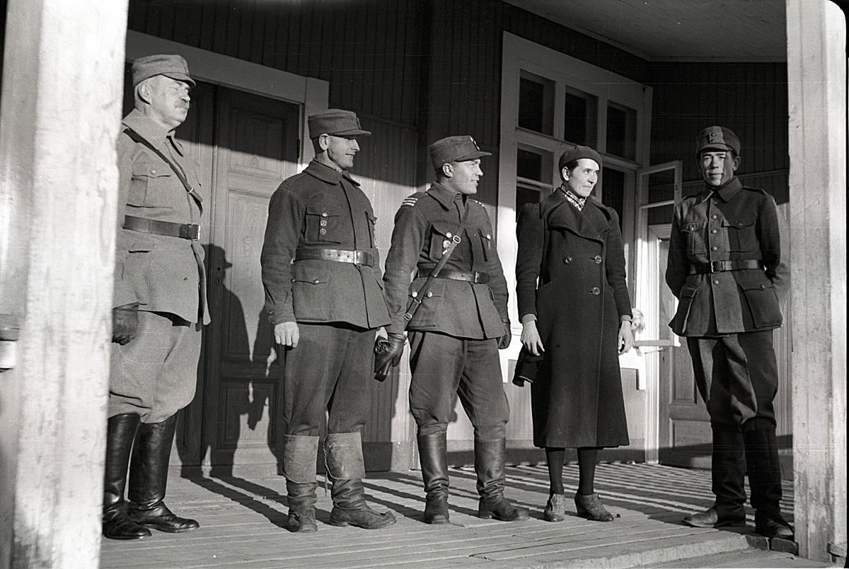 Skyddskårsledarna på lokaltrappan 1940, från vänster Nils Molander, Otto Björses, Emil Björses, Hjördis Landgärds och till höger Bertel Ekman.