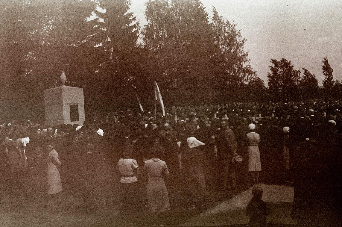 Det är inte bästa kvalitet på fotot men kanske det syns hur mycket folk det är samlat runt minnesstoden på de stupades dag 1940.