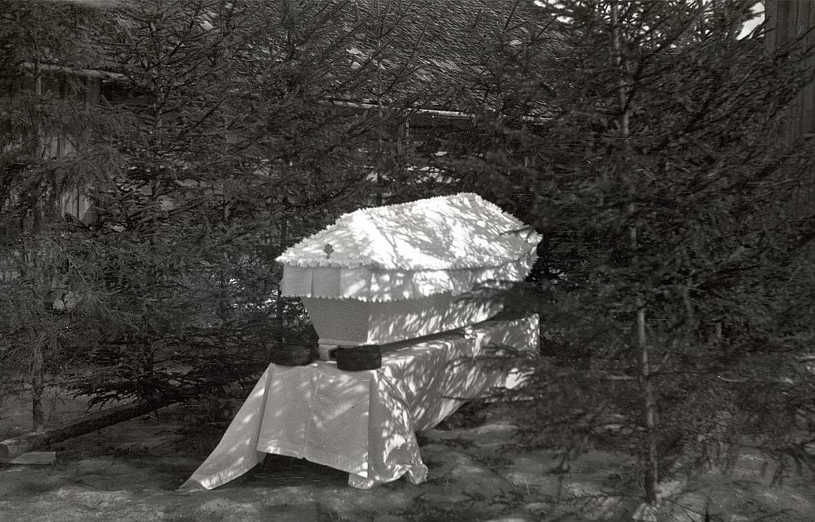 """Uno Björses stupade den 12 mars 1940 och följande dagen blev det fred. Här ligger han i """"Gränsalin"""" hemma på gården."""