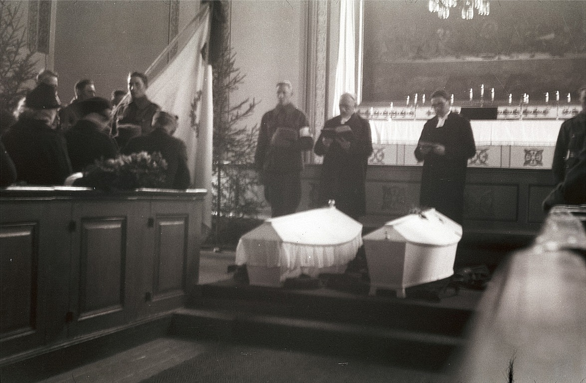 Elis Holm och Gunnar Nygren stupade den 5 februari 1940 och båda begravdes den 22 februari. Kyrkan var helt fylld av besökare.