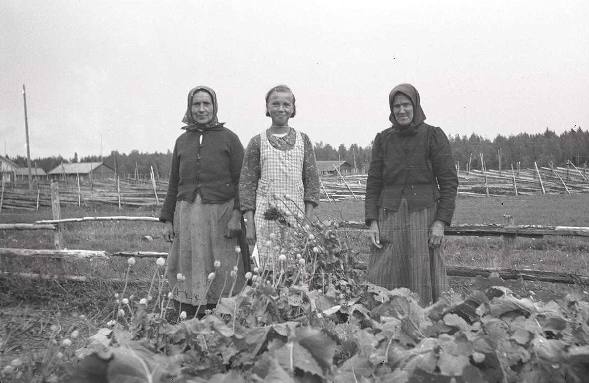 Else Utfolk är med i klubben första året och visar här upp sina trädgårdsland tillsammans med mor Hilda till vänster. Kvinnan till höger är okänd.