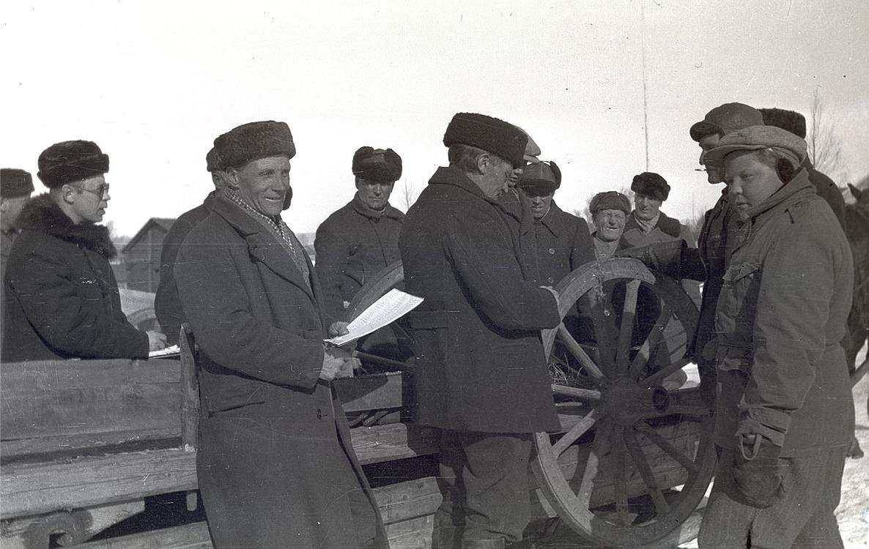 Kärror och hjul skall skickas till fronten på vårvintern 1940. Längst till vänster magister Jakob af Hällström, han med papperet är Erland Klockars och framför honom står Frans Nygren.