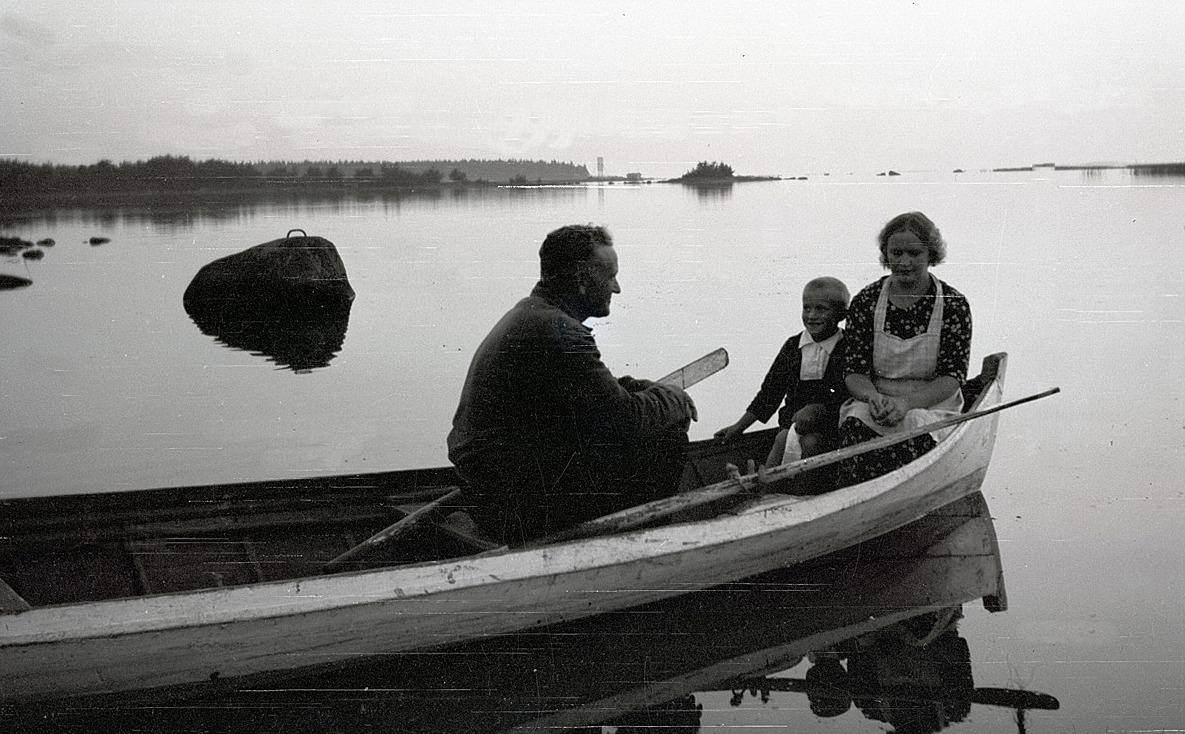 Holger Knus, f. 1933 ute på fjärden tillsammans med pappa Selim och mamma Helmi.