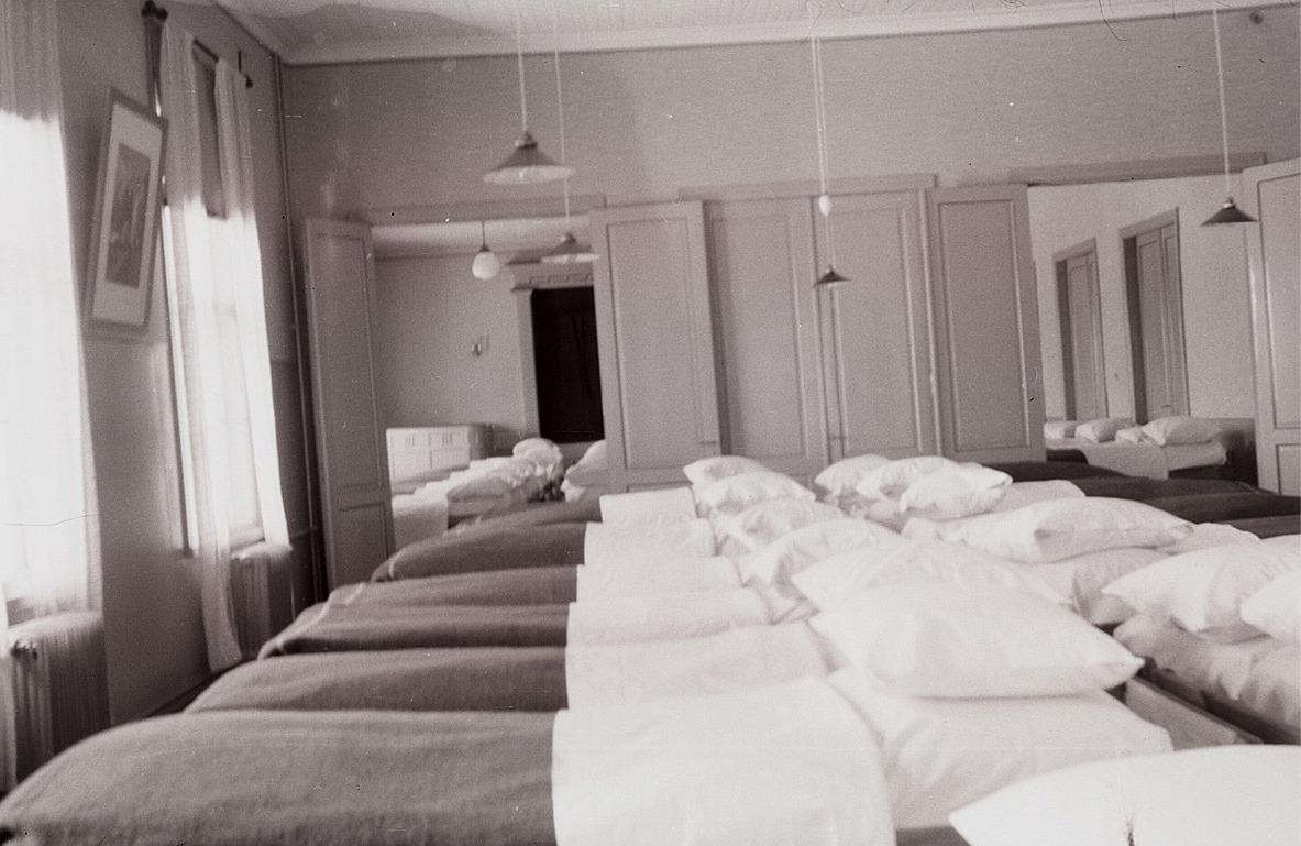 Fram till april 1940 var folkhögskolan ett sjukhus för lindrigt skadade och de sköttes av doktor Dreijer och ungefär 10 kvinnor från Lappfjärd.