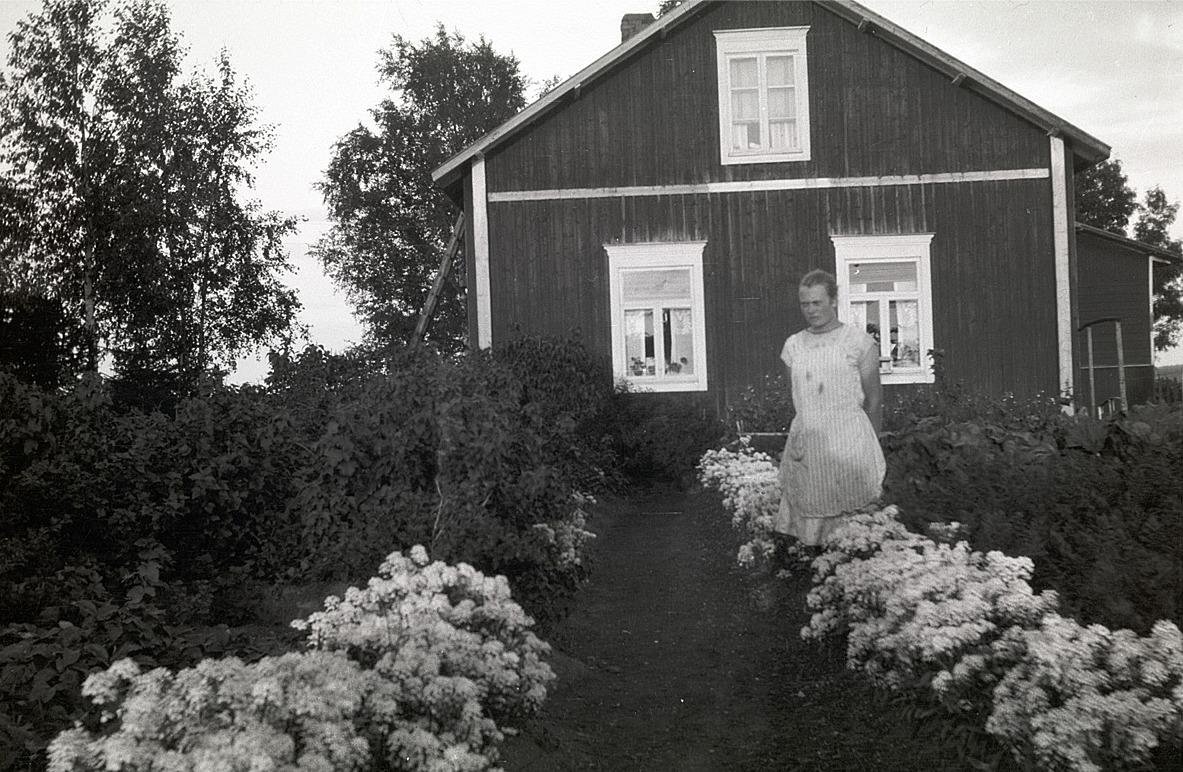 Alice Björses mitt bland blommor i sitt klubbland.