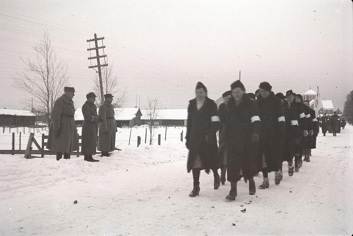 Lottorna på parad i Lappfjärd söderut från kyrkan den 6 december 1940.