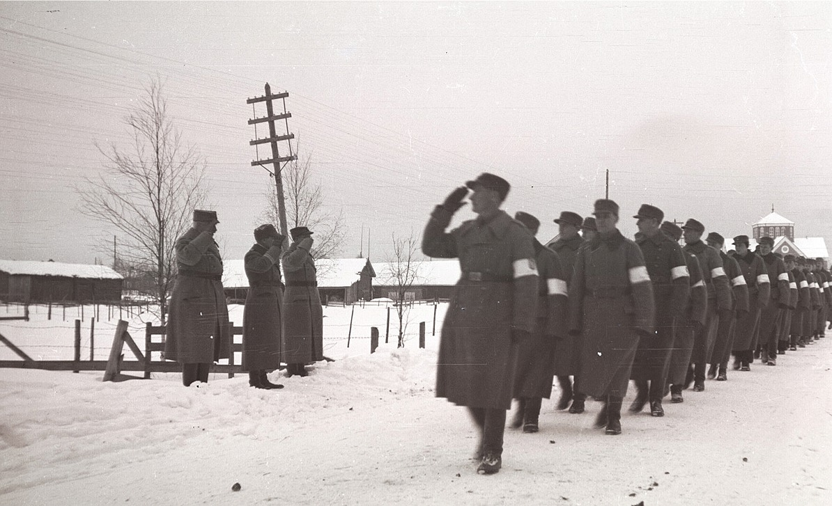 Skyddskåristerna på parad i Lappfjärd söderut från kyrkan på självständighetsdagen 6 december 1940