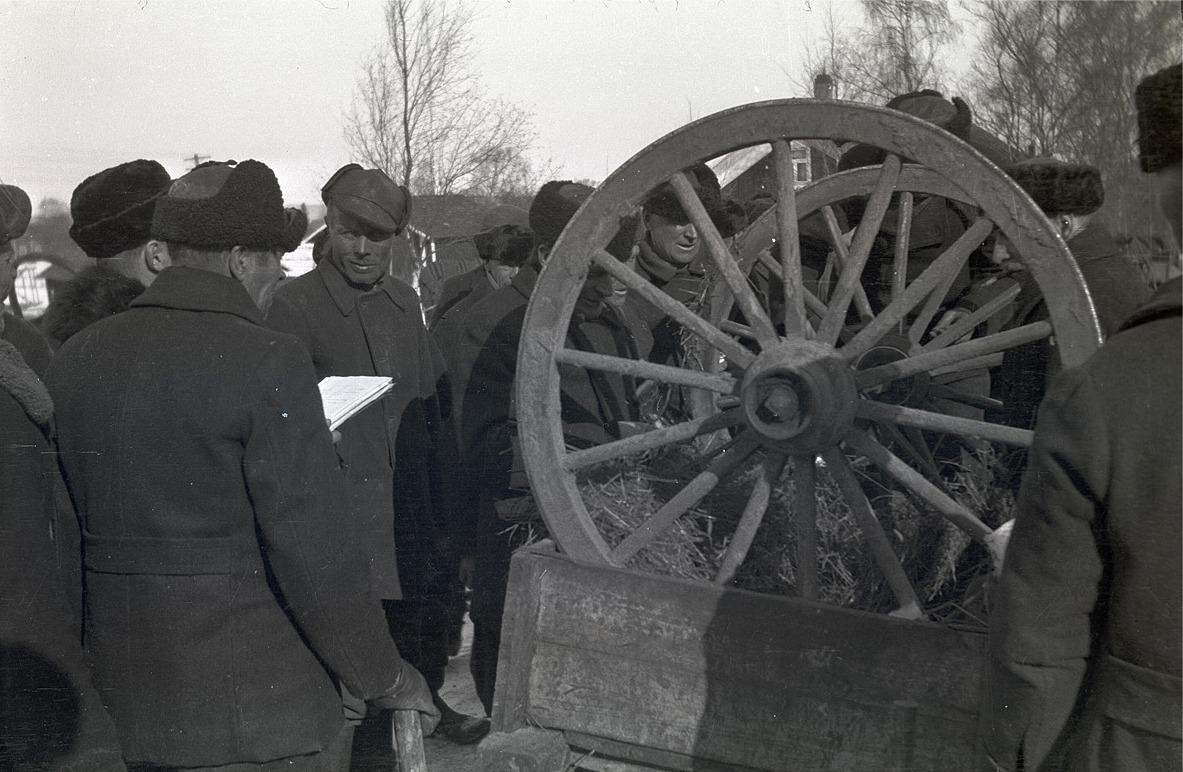 Här bokförs de kärrhjul som bönderna skickade iväg till fronten 1940.