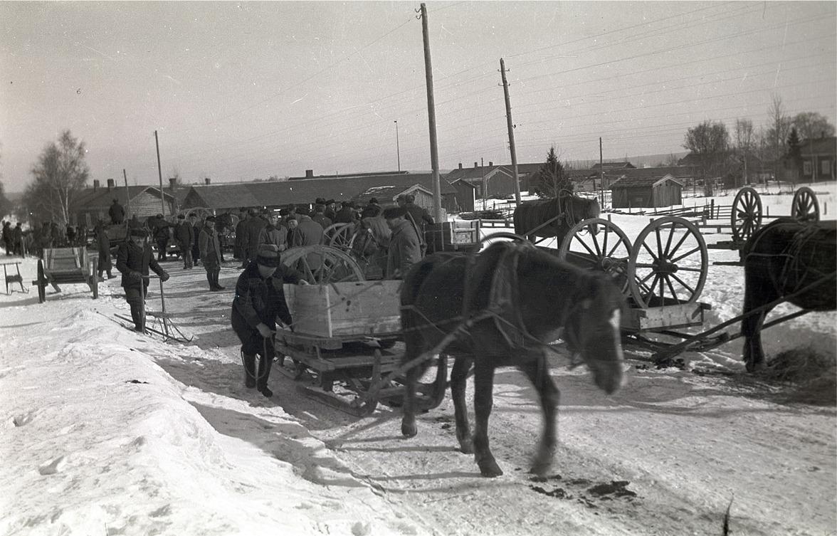 Det är full fart på kyrkbacken då kärrhjulen skall samlas in för att skickas vidare till stationen i Kristinestad därifrån de skickades med tåg till östfronten 1940.