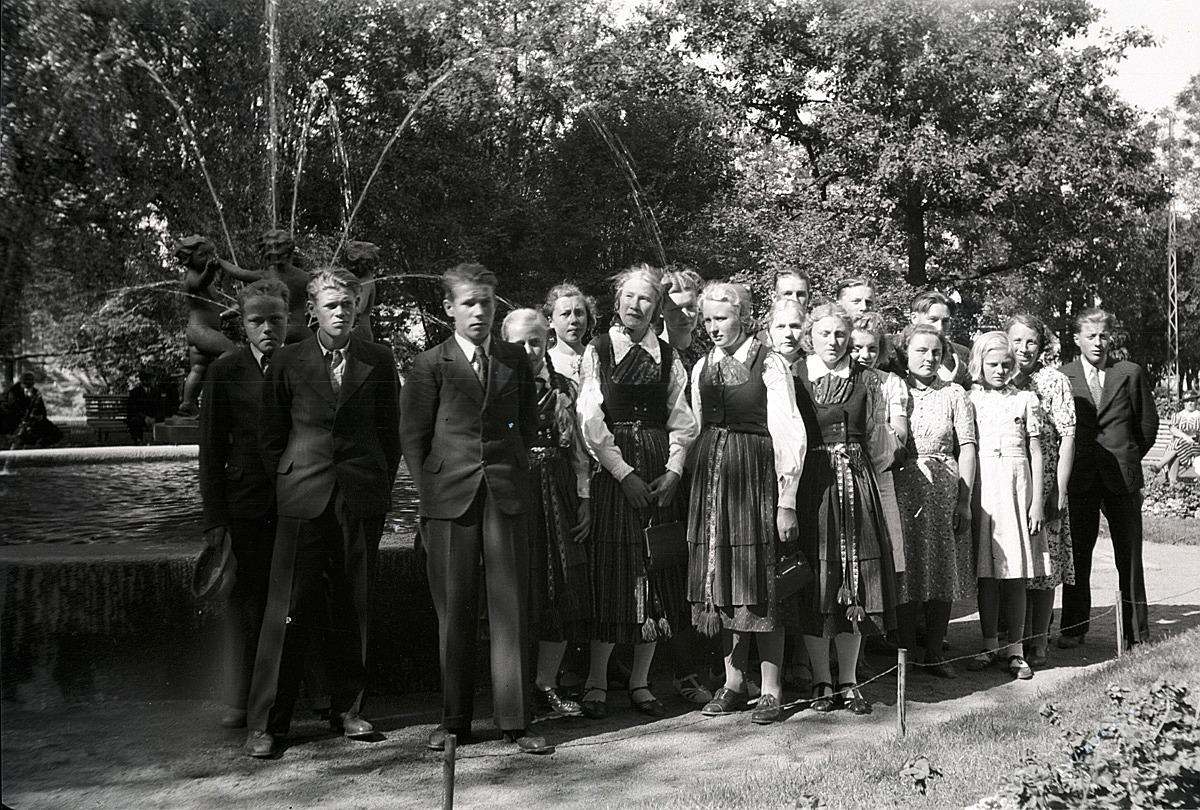 Lappfjärdsungdomarna fint uppklädda under sin resa till Tammerfors.