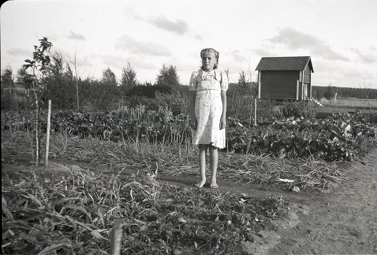 Margit Lillsjö (1928-45) visar upp sitt trädgårdsland för klubbledaren Björses.