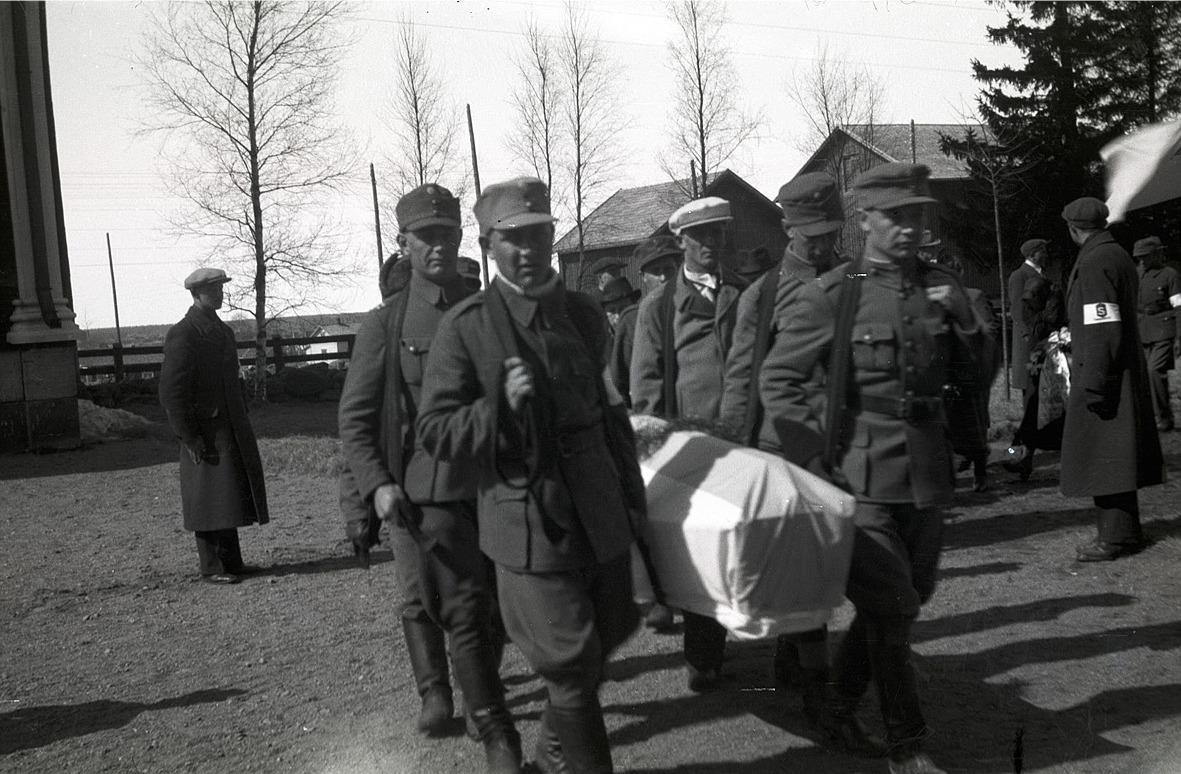 Här bärs en stupad soldat in i kyrkan för jordfästning.
