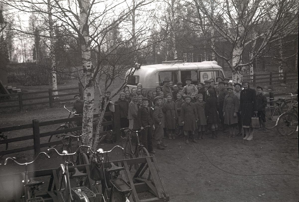 Eleverna i södra skolan står samlade framför Rundradions buss som parkerat på gården.