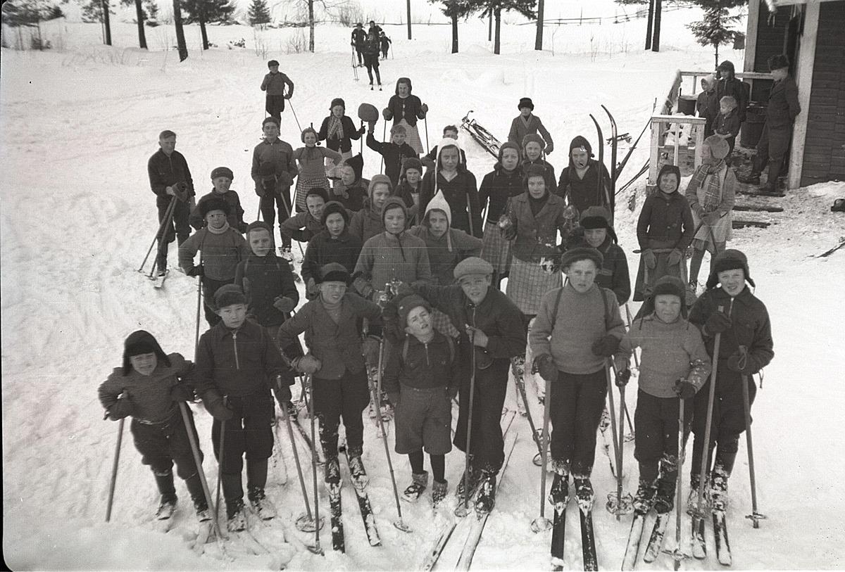 Skolbarnen på skidutfärd i mars 1941.