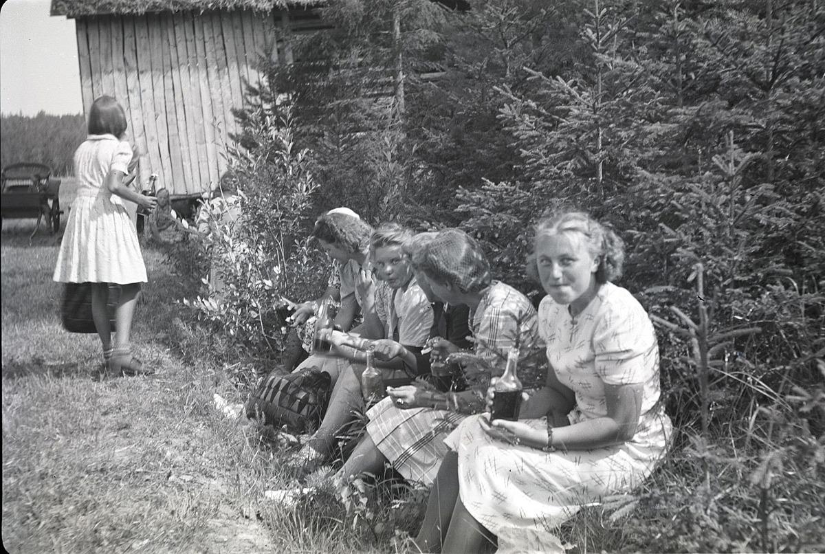 Marita Ålgars längst fram och de andra flickorna ser ut att njuta av lemonaden under sin sommarutfärd till Härkmeri.
