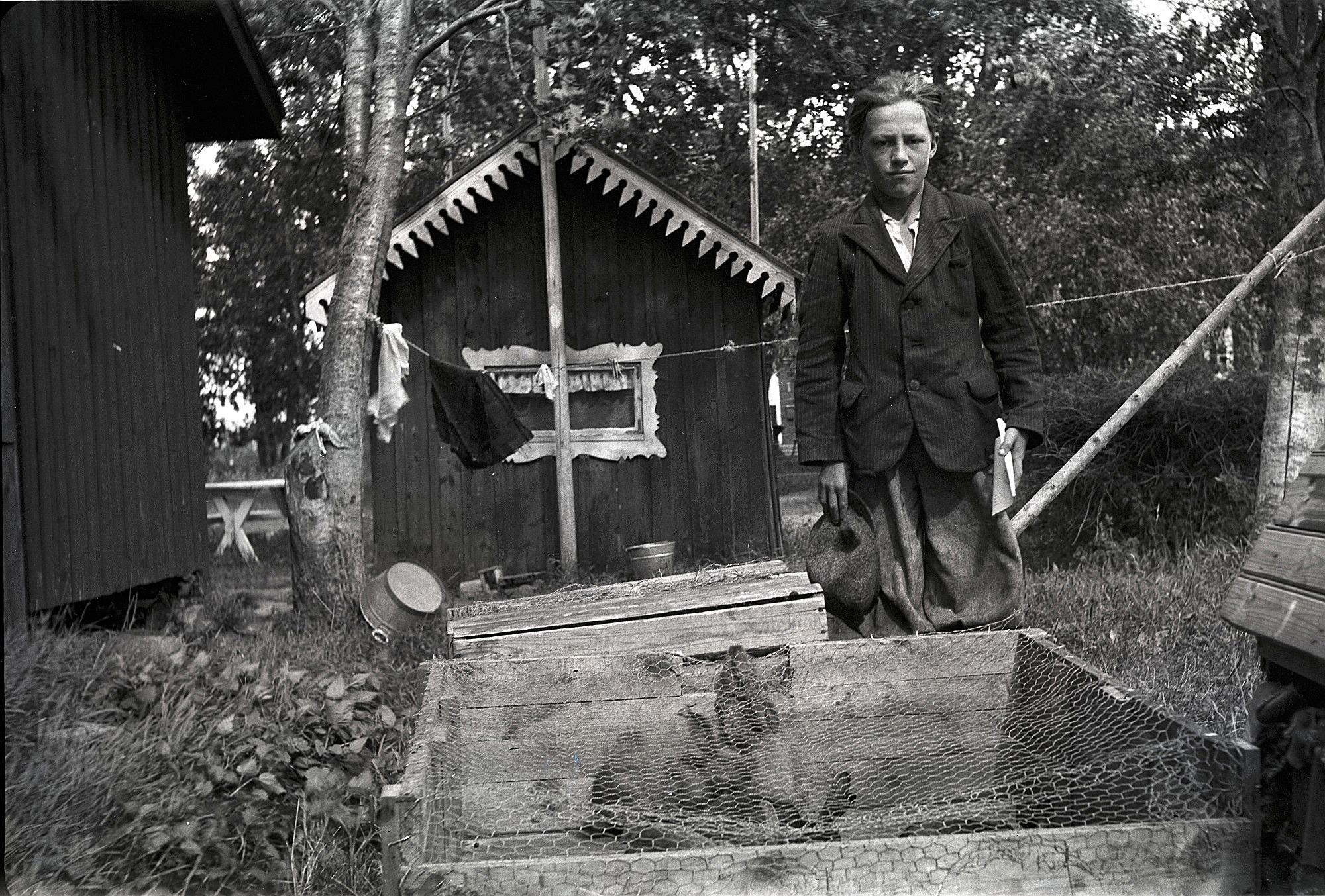 Johan Reinholm visar upp sina kaniner.