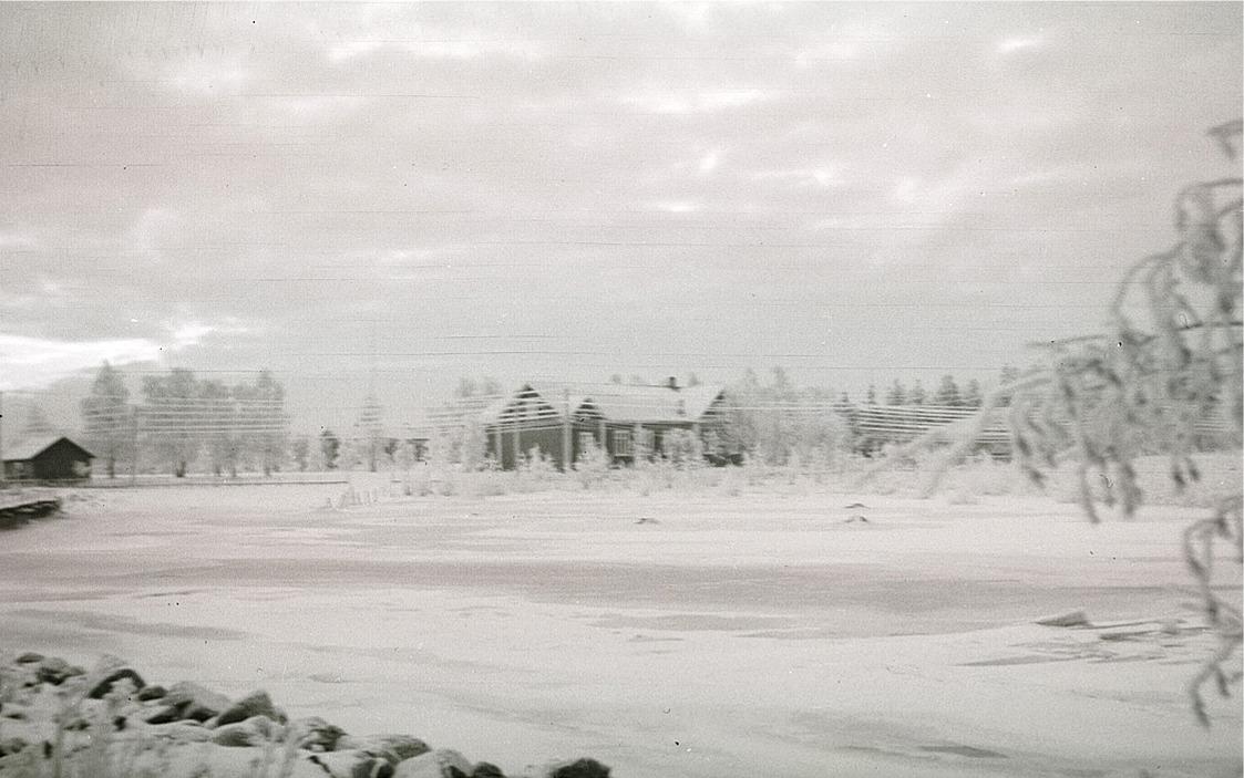 De rimfrostiga telefonlinjerna skymmer ungdomslokalen en vinterdag 1941.