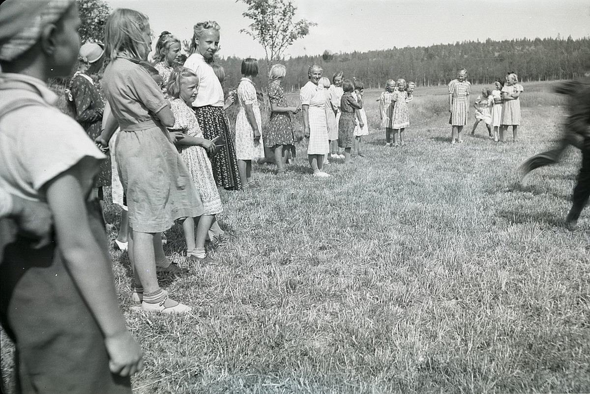Sommaren 1941 gjorde klubbmedlemmarna en utfärd till Härkmeri, där flickorna hade lekar i det gröna.