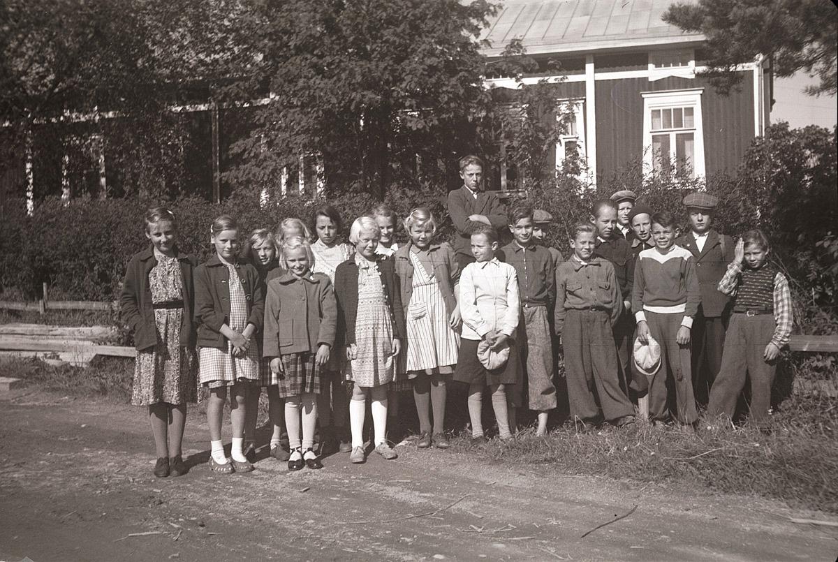Klubbmedlemmar på en kort utfärd, här framför Molanders gård vid gamälbroen.
