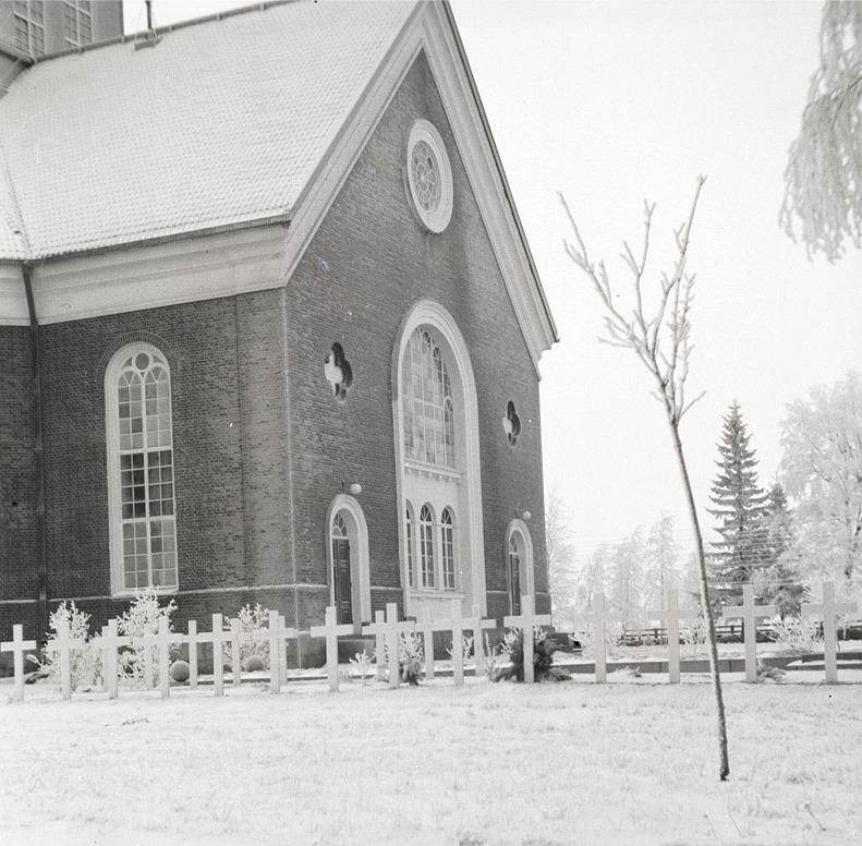 På vintern 1941 finns det redan dubbla rader med vita kors vid hjältegravarna i Lappfjärd.