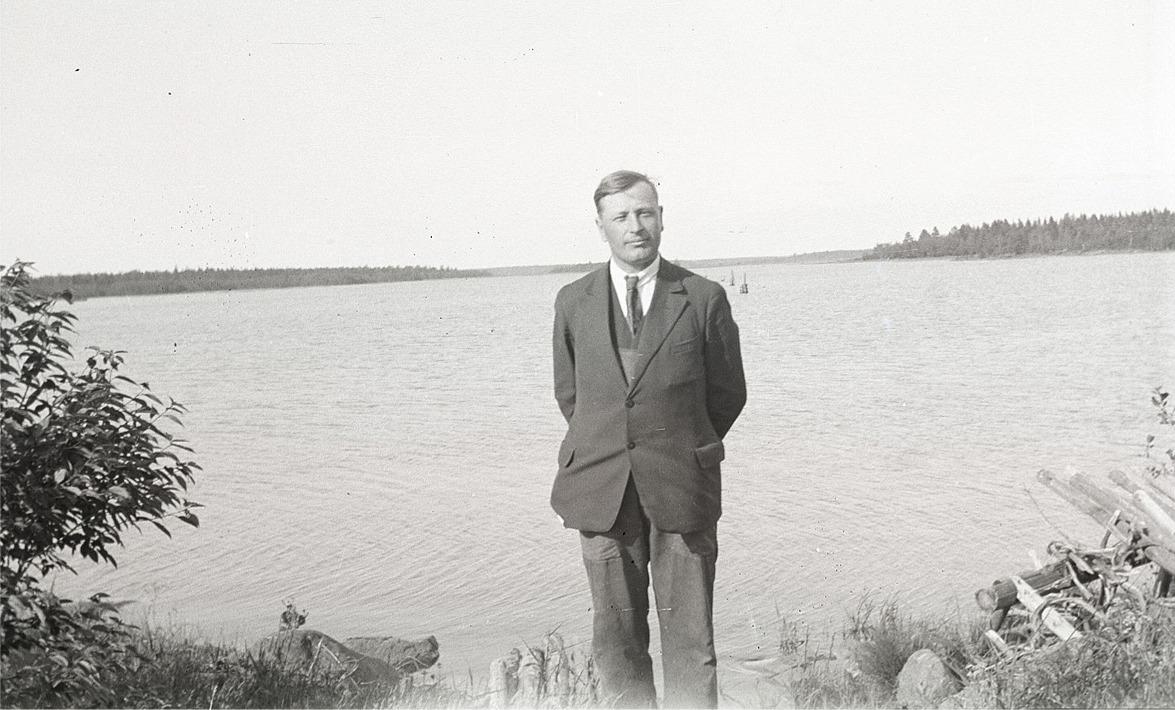 Läraren och fotografen Selim Björses nere vid fjärden.