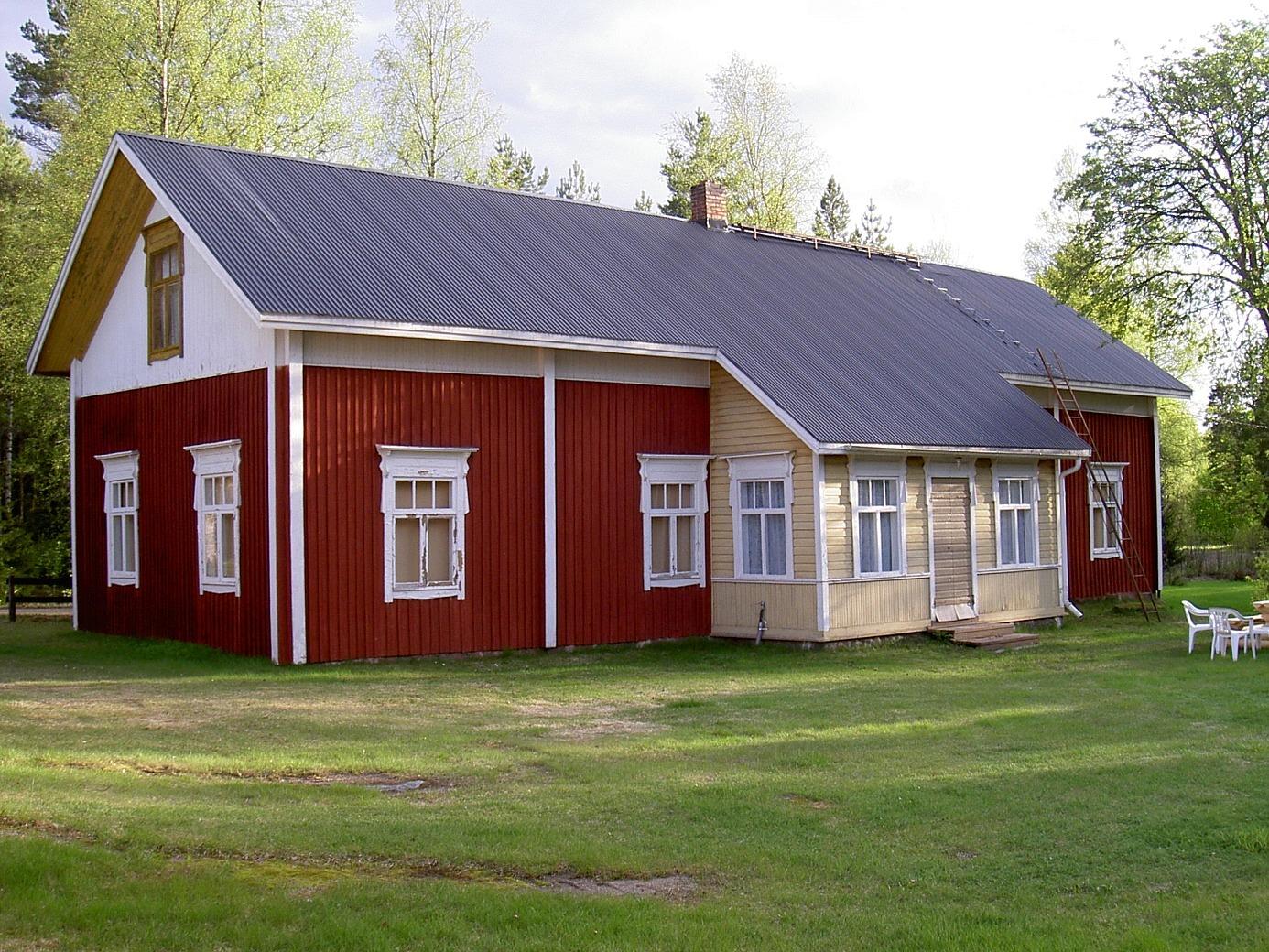 Dahlroos stiliga bondgård fotograferad 2003. Lillsjövägen går precis bakom gården.
