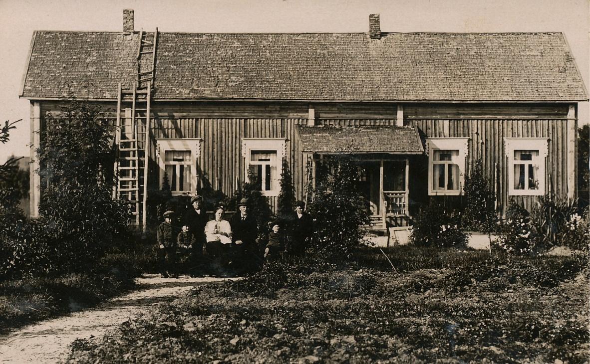 Framför huset sitter Ida och Emil Båsk med sina barn: Einar, Hjalmar, Birger, Thure, Wilhelm och i Idas famn ligger Ethel som var nyfödd då fotot togs år 1922. Efter att familjen flyttat till Kristinestad föddes sonen Filip år 1924 men han drunknade då han var 4 år gammal.
