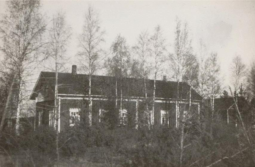 """Bakom björkarna Dahlroos Josef gård. Fotografen stod ungefär där """"Lillsjö-Hindrikas"""", alltså Josefs barndomshem stod i tiderna."""
