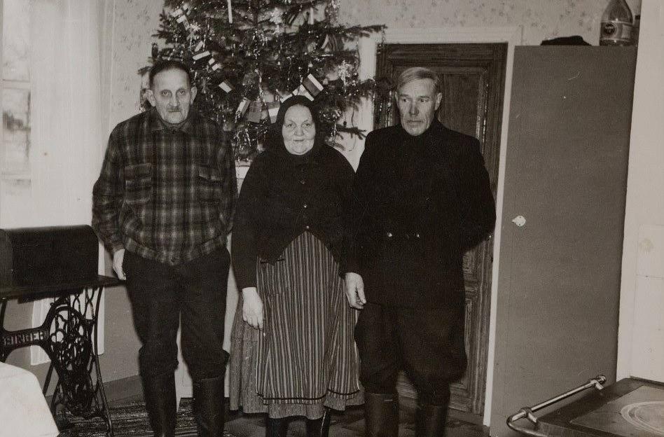 """Till vänster Josef Dahlroos bredvid Mina och """"Aagustas-Josip"""", alltså Josef Berglund. Båda herrarna Josef kunde sitta i timtal på vedbacken och diskutera gamla saker, kanske också de hemska upplevelserna under inbördeskriget 1918 och striderna i Melins kompani i Tammerfors."""