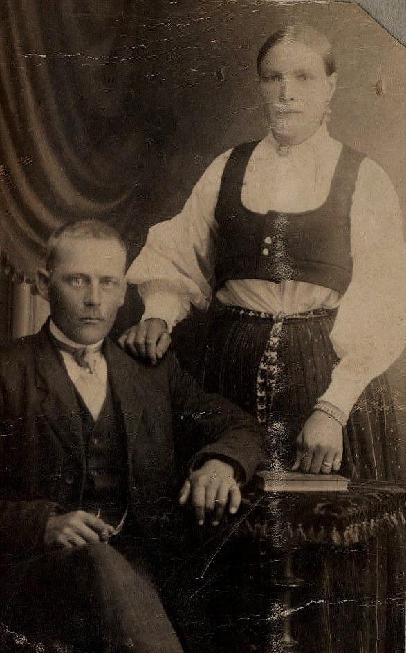 På bilden Johan Viktor med sin andra hustru Amanda som dog så tragiskt och lämnade Johan Viktor ensam med många småbarn.