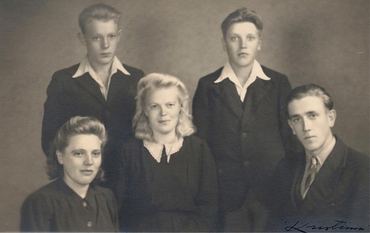 Förr hette det att i Lillsjö är alla släkt med varandra och kanske det stämmer ännu? Här ett lite äldre kusinfoto där Eskil Hällfors står till vänster bakom sin syster Elin. I mitten sitter Elvi Forslund, bredvid henne står Arvid Dahlroos och längst till höger Otto Dahlroos.