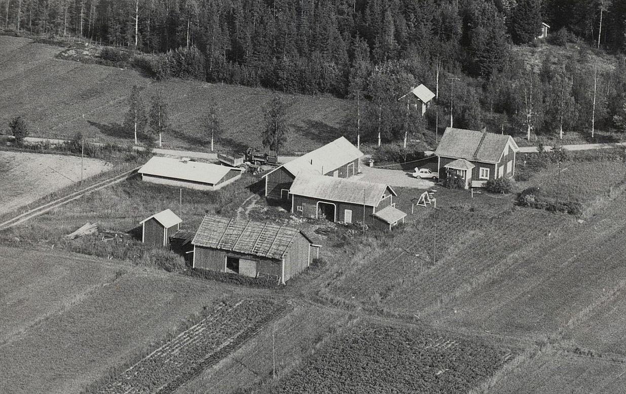 På flygbilden syns den gård som Johan Viktor och Hulda Lindblad byggde på 1950-talet.