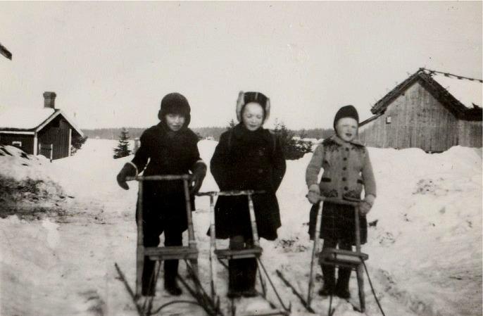 Sven Åberg tillsammans med Solveig och Inger Dahlroos.