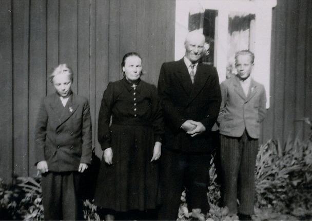 På bilden från 1952 står Hulda och Johan Viktor Lindblad med pojkarna Boris och Rune.