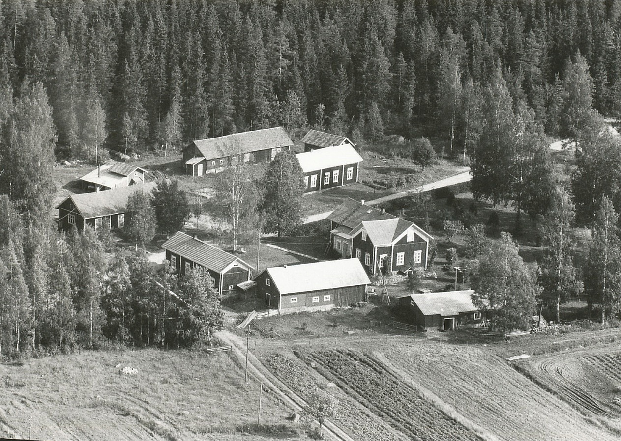På den här flygbilden från 1966 syns bröderna Berglunds gårdar i Lillsjö. I förgrunden Josef och Vilhelminas gård och på andra sidan vägen syns Johan Viktors gård. Fotot från söder.