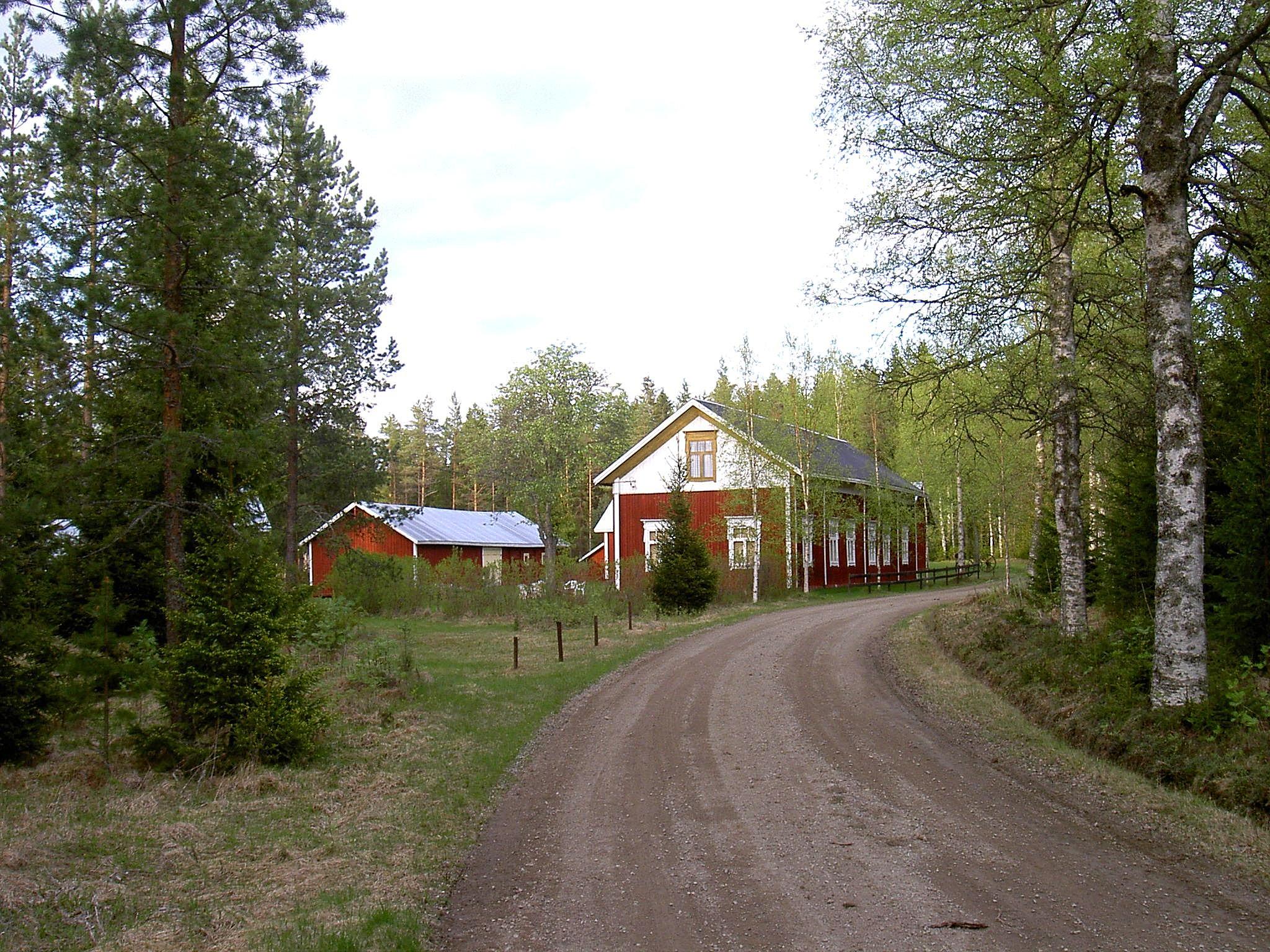 Dahlroos stilrena bondgård står nära Lillsjövägen. Fotot från 2003.