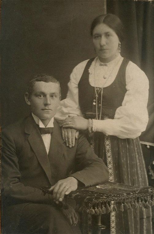 Här på bilden det unga paret Erik Anders och Selma Båsk. De gifte sig år 1916 men det här är möjligtvis ett förlovningsfoto som är taget någon tid före bröllopet.