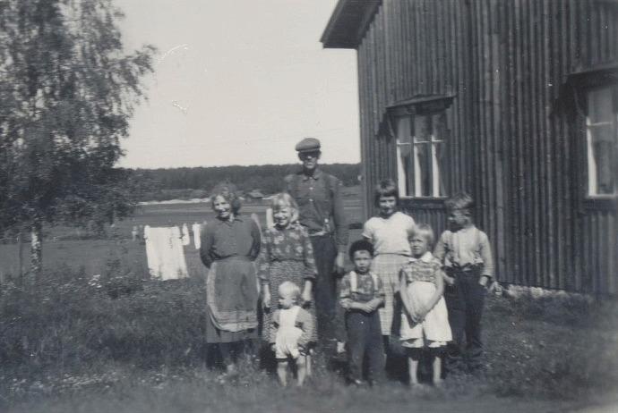 Sylvia och Otto Dahlroos med ungefär hälften av barnen.