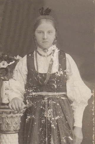 Alma Björklund i folkdräkt.