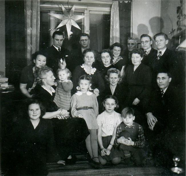 På fotot som är taget någon gång efter kriget så är en del av släkten samlad för att fira jul tillsammans.