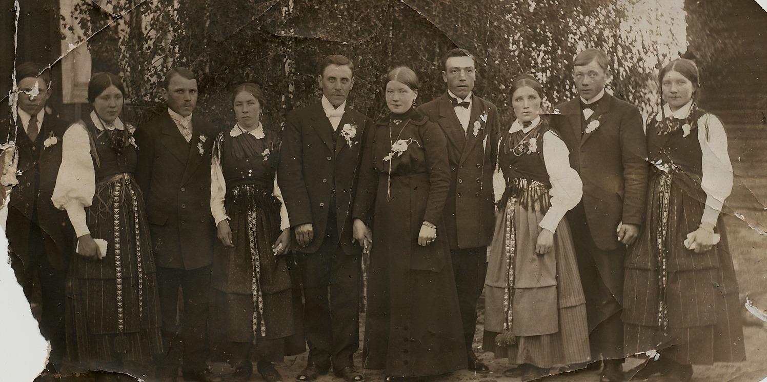"""Här ser vi brudparet Anders Båsk och Selma Eklund i juni år 1916. Från vänster Evert Gröndahl, okänd, Johannes Gröndahl, okänd(möjligtvis Amanda Gröndahl) , Erik Anders Båsk, Selma Båsk, Frans Eklund, """"Skol-Selma"""" Gröndahl, Emil Eklund och hans hustru Hulda."""