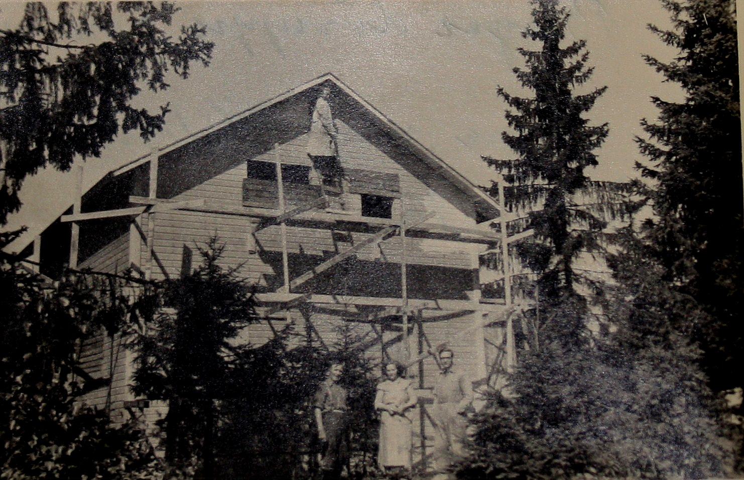 På fotot från år 1953 är Birger upp och målar medan Emil, Ida och Wilhelm håller sig på marken, byggfotot från Rödjevägen.
