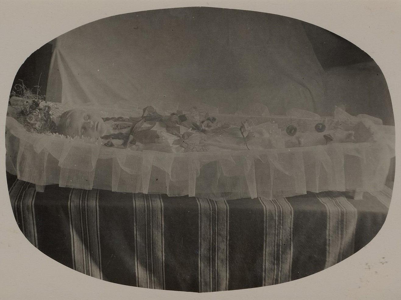Josef och Almas dotter Svea var bara 5 år gammal då hon dog år 1932. Artur Lövholm fotograferade henne där hon låg i den öppna kistan. Så här gjorde man förr och det var inget ovanligt att folk kom enkom för att titta på den döda.