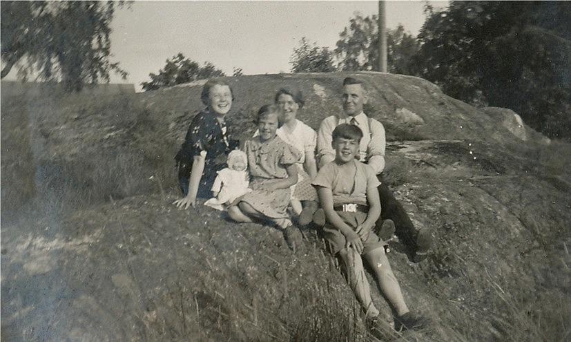 På bilden Selma och Anders Båsk med 3 av sina barn, från vänster Gullborg, Margit med dockan med sig och längst fram sitter Nils.