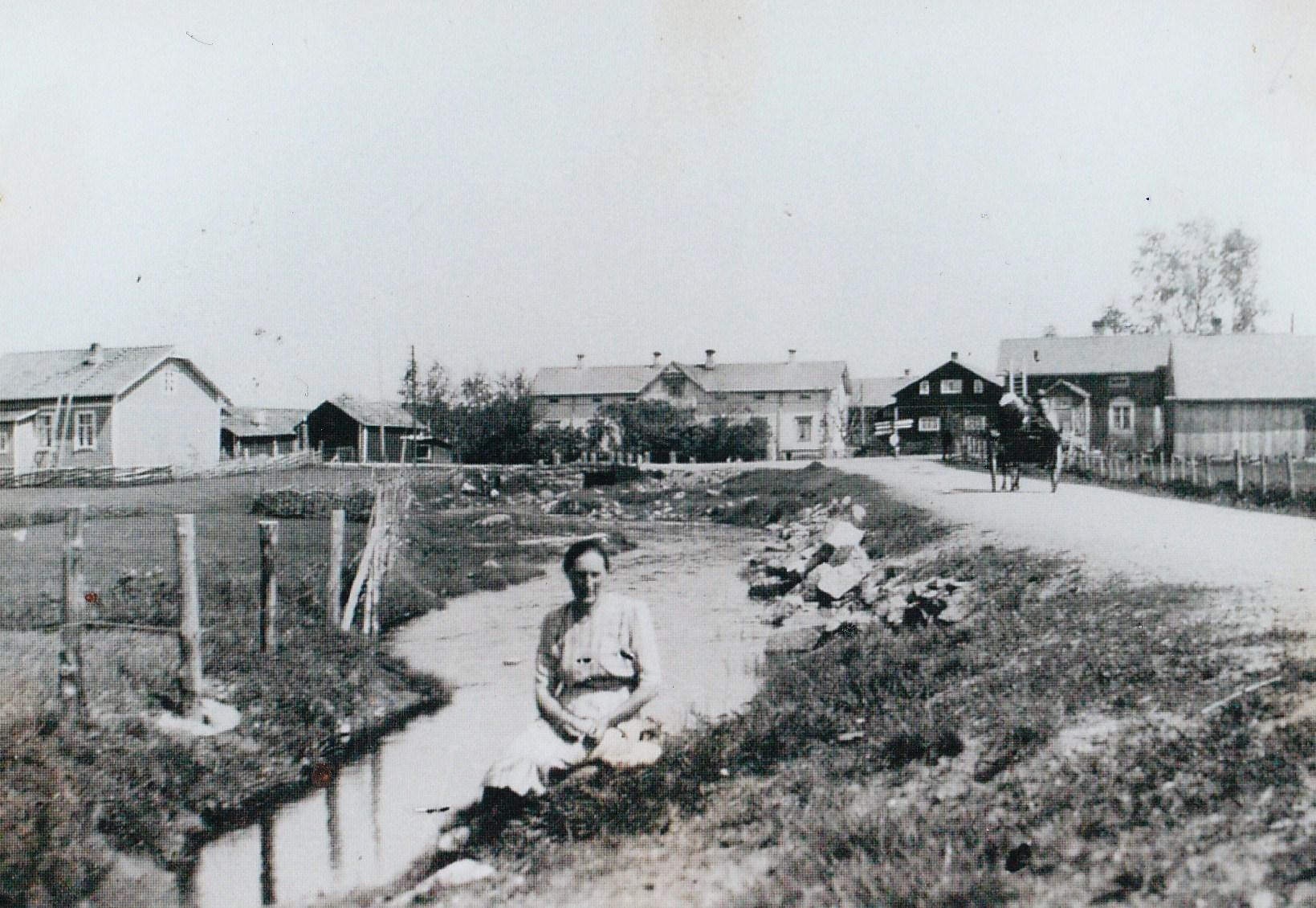 Här Hilda Österberg i Ömossa på åkanten framför Skogmans gård som varit gästgiveri, någon gång på 1920-talet. (Benita-Hansas Mattila skickade bilden).