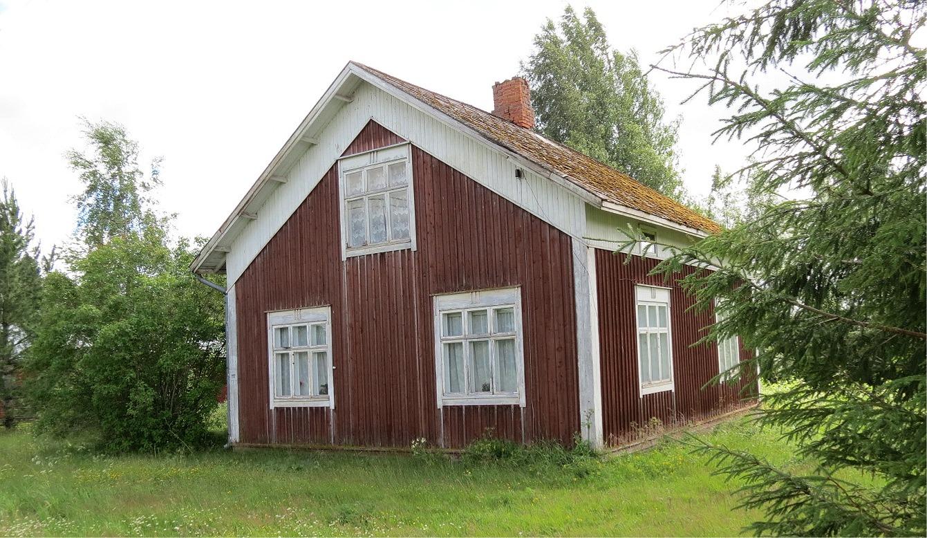 Nyholm Emils gård fotograferad från Lillsjövägen år 2017.