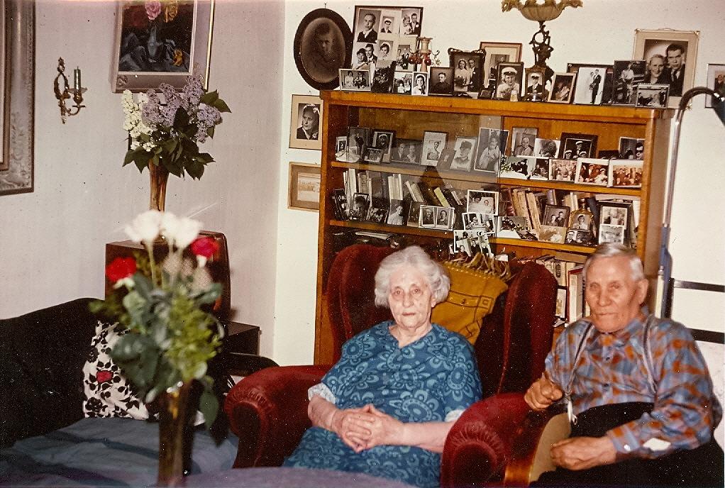 Släkten var mycket kär för Ida och Emil Båsk, det ser man direkt av hur många fotografier som fanns i bokhyllan.