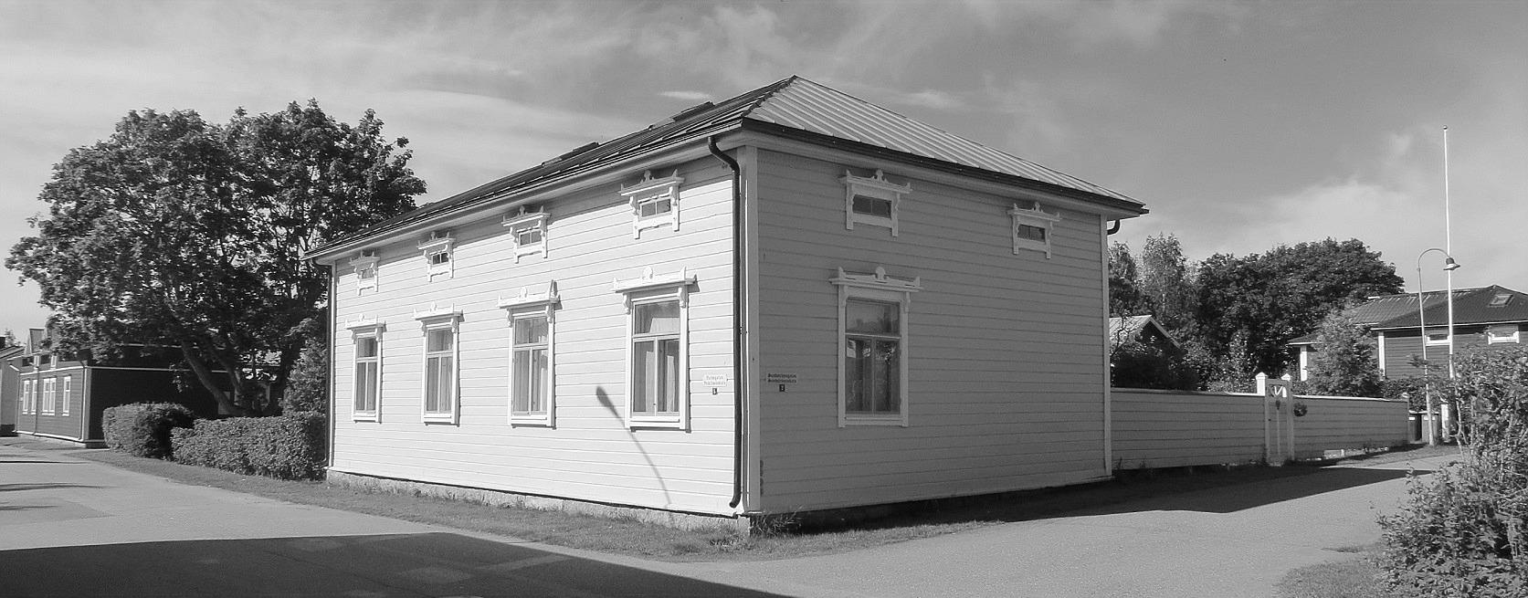 Till det här vackra huset på Varvsgatan 5 i Kristinestad flyttade Emil och Ida Båsk. Huset byggdes på 1850-talet av Johan G. Sundblad. Då Johan dog övertog änkan Sofia och hennes nya man, kapten Wilhelm Hagen huset år 1886. Gården som fortfarande kallas för Kapten Hagens gård ägdes sedan av Matti Latva-Kokko men i juli 1923 fick Emil Båsk lagfart på gården.
