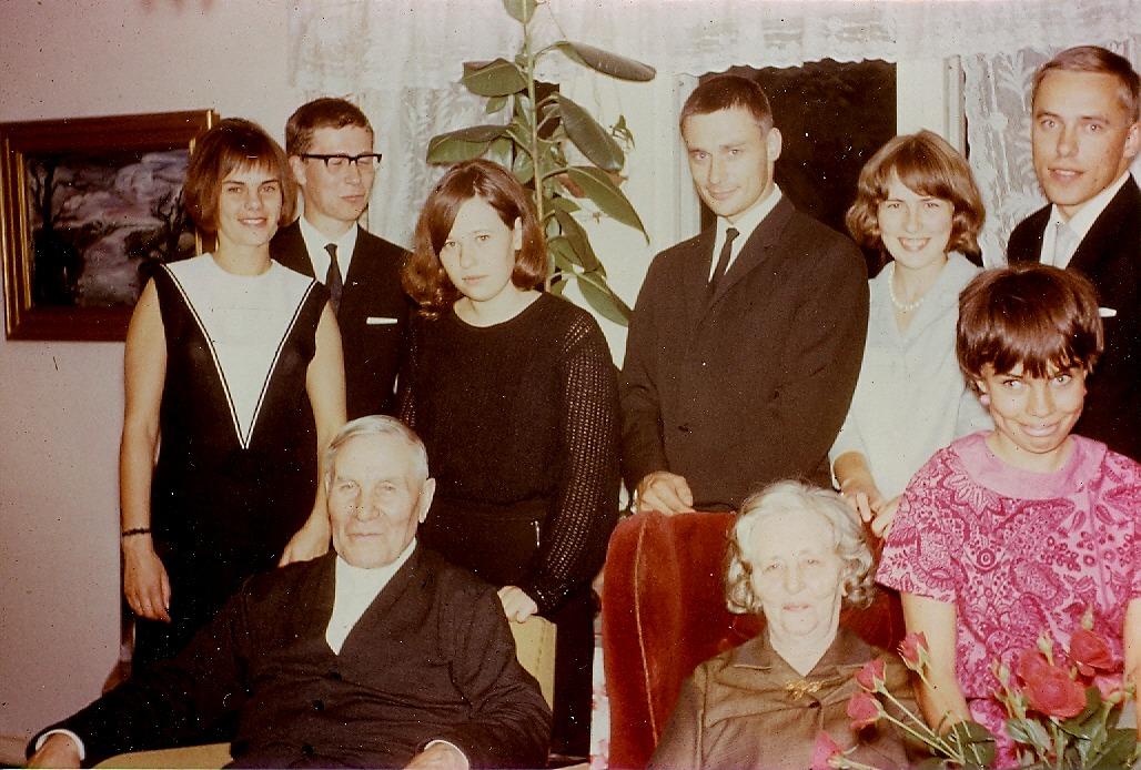 Emil och Ida Båsk, här omgivna av några barnbarn.