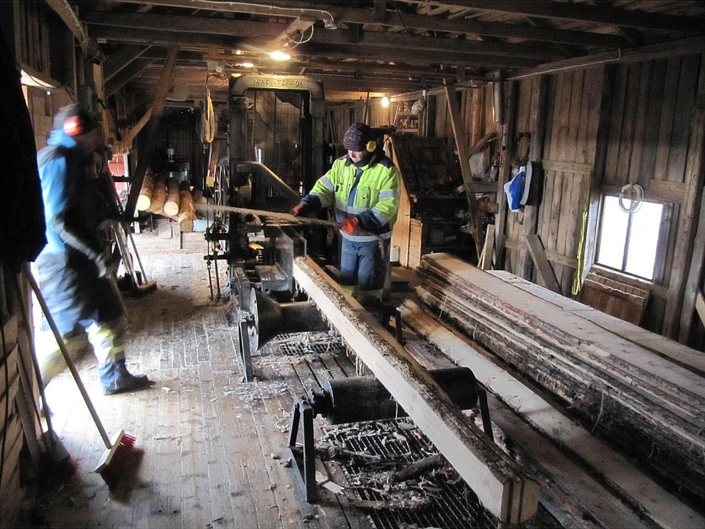 Efter ramsågningen så läggs bräderna och plankorna åt sidan för att i följande skede kantsågas.